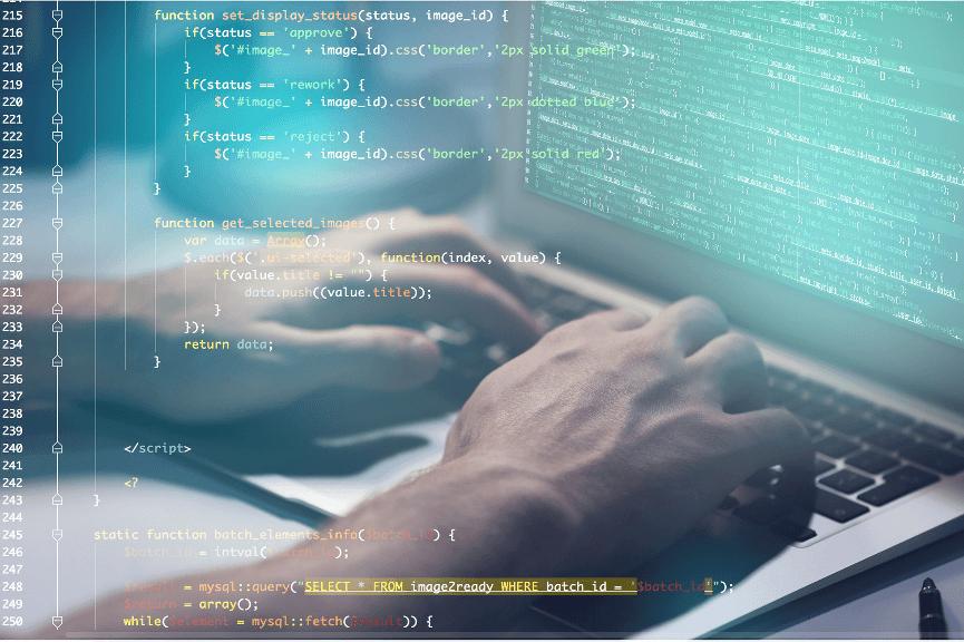 IT Dienstleister München - Zahlen fliegen durch das Bild und im Hintergrund tippen Hände auf eine Tastatur